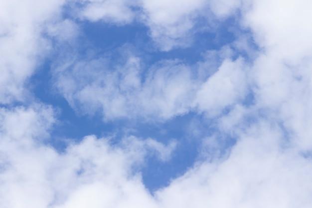 Lekkie białe chmury na niebie w kształcie serca