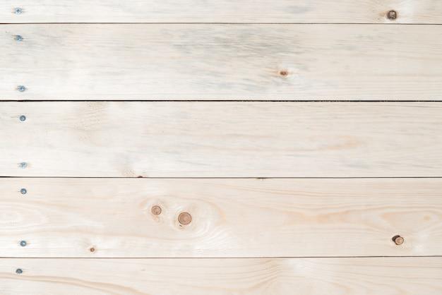 Lekkie drewniane tła wykonane z naturalnego drewna. widok z góry. naturalna nieobrobiona strugana tekstura skał sosny. powierzchnia stołu do strzelania płasko leżała. kopiuj wklej