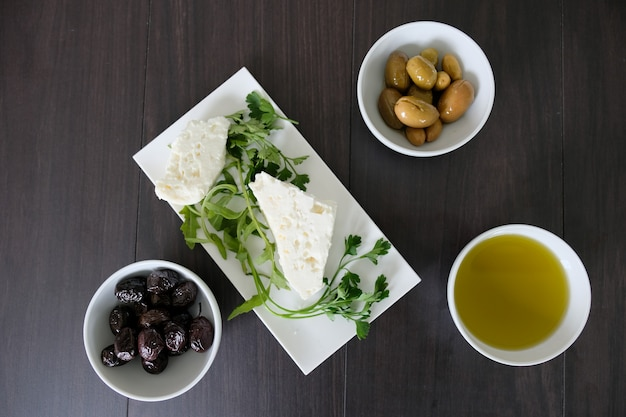 Lekkie i proste śródziemnomorskie zdrowe śniadanie
