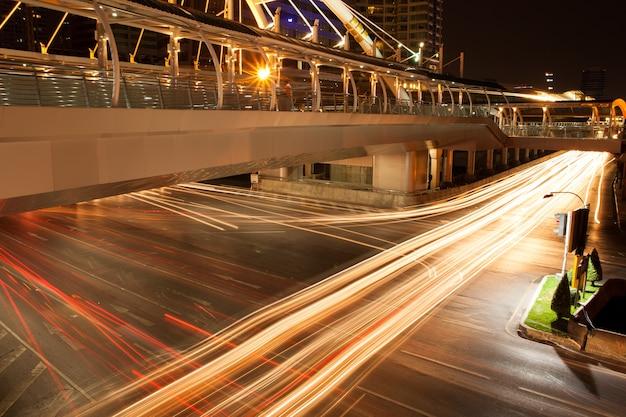 Lekkie pojazdy na skrzyżowaniu.