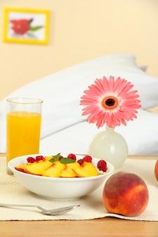 Lekkie śniadanie na szafce nocnej obok łóżka