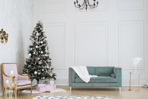Lekkie świąteczne wnętrze. choinka z prezentami pod nią w odcieniach beżu i różu