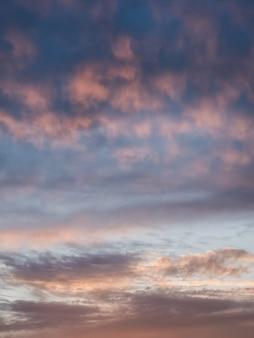 Lekkie wieczorne chmury ñ umulus na niebie. kolorowe zachmurzone niebo o zachodzie słońca. niebo tekstury, streszczenie tło natura.