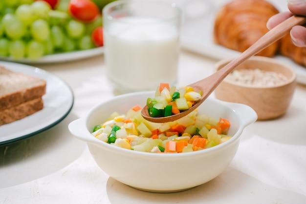 Lekkie zdrowe śniadanie z płatkami owsianymi. herkules, orzechy, owoce, jajka na twardo, chleb. zastawa stołowa. zdrowe jedzenie.