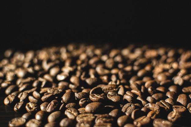 Lekko palonych ziaren kawy z bliska