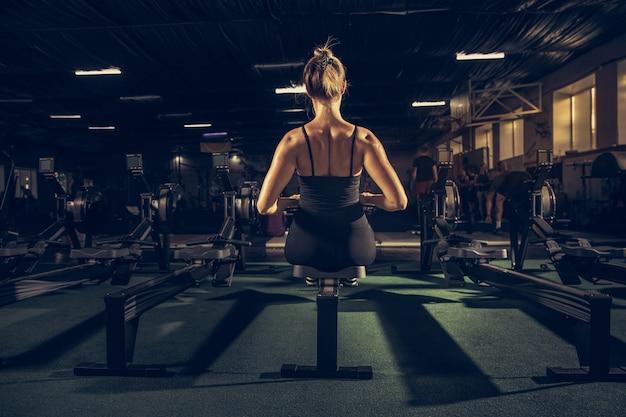 Lekkoatletka ciężko trenująca w koncepcji fitness i zdrowego życia w siłowni