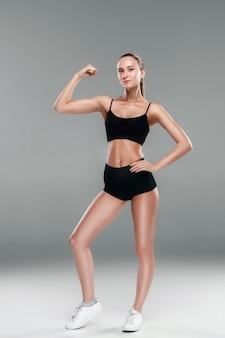 Lekkoatletka mięśni młoda kobieta