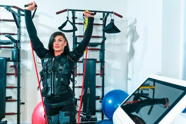 Lekkoatletka robi ćwiczenia w ems studio fitness