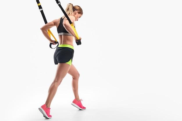 Lekkoatletka robi trening w zawieszeniu