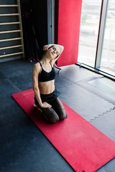 Lekkoatletyczna dziewczyna w odzieży sportowej wykonuje ćwiczenia ze sztangą, hantlami. fitness, trening, zdrowy tryb życia