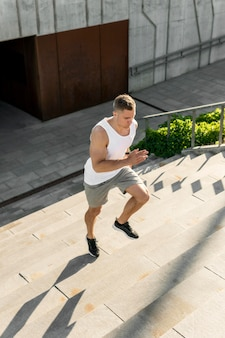 Lekkoatletycznego mężczyzna działa na schodach