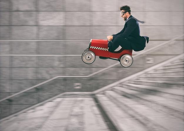 Lekkomyślny biznesmen schodzi po schodach samochodem, aby wyprzedzić innych