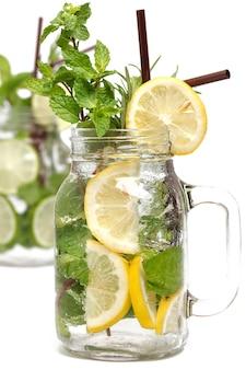 Lemon lime soda mint rozmaryn świeży napój na białym tle