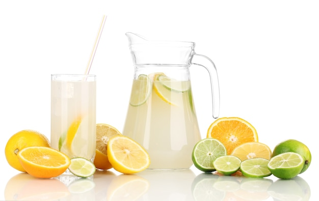 Lemoniada cytrusowa w dzbanku i szklanka cytrusów wokół na białym tle