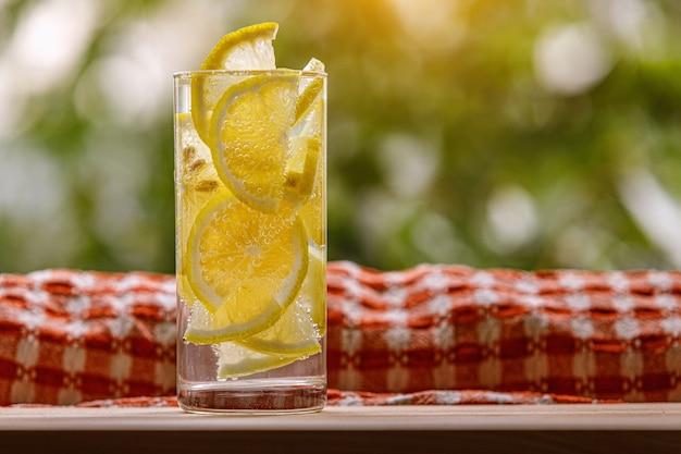 Lemoniada cytrusowa w otoczeniu ogrodu, letni napój.