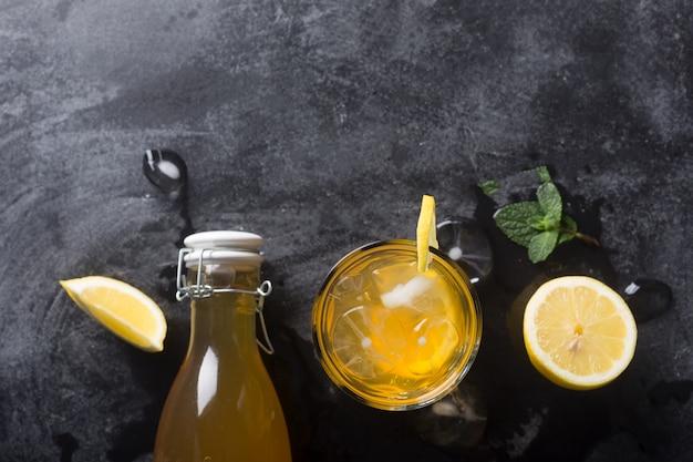 Lemoniada kombucha to sfermentowany napój zrobiony z herbaty i cytryny, produkowany przy użyciu kultury scoby