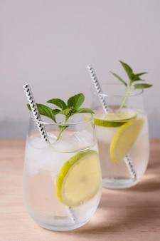 Lemoniada lodowata gotowa do podania