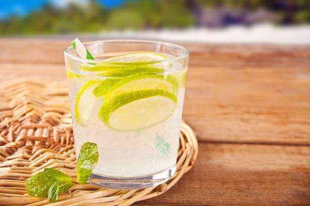 Lemoniada lub koktajl mojito z cytryną i miętą, zimny orzeźwiający napój