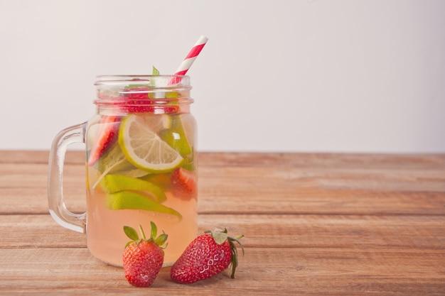 Lemoniada lub koktajl mojito z cytryną, truskawkami i miętą