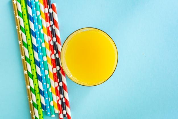 Lemoniada lub sok koktajlowy napój koncepcja lato słomki kolor wielokolorowy