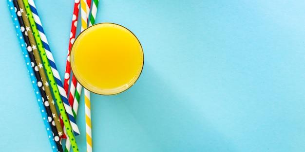 Lemoniada lub sok koktajlowy napój lato koncepcja tło słomki kolor wielokolorowy