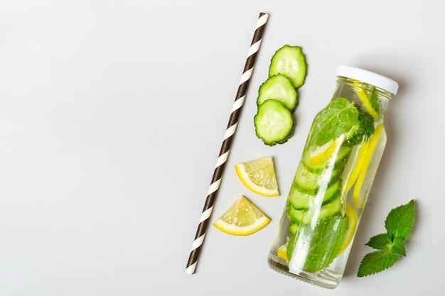 Lemoniada ogórkowa z cytryną w butelce i składnikami