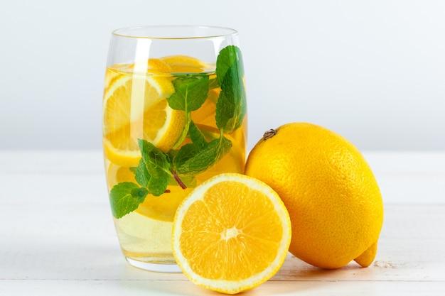 Lemoniada. pij ze świeżych cytryn.