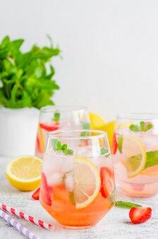 Lemoniada truskawkowa z miętą i kostkami lodu
