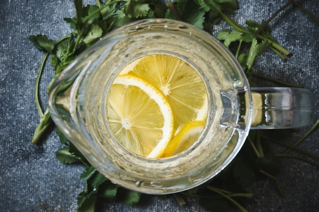 Lemoniada w szklanej karafce