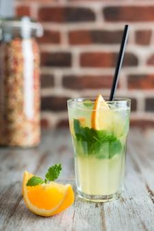Lemoniada z miętą pomarańczową i lodem