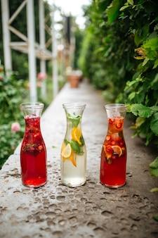 Lemoniady owocowo-jagodowe na stole