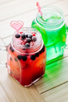 Lemoniady z jagodami i cytryną