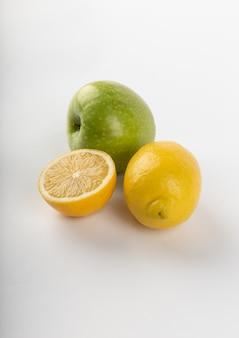 Lemonnd zielone jabłko na białym tle
