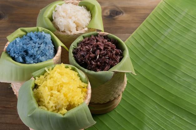Lepki ryż na stole z drewna