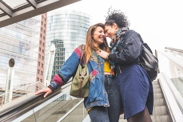 Lesbijka para w berlinie śmiejąc się i bawiąc się razem