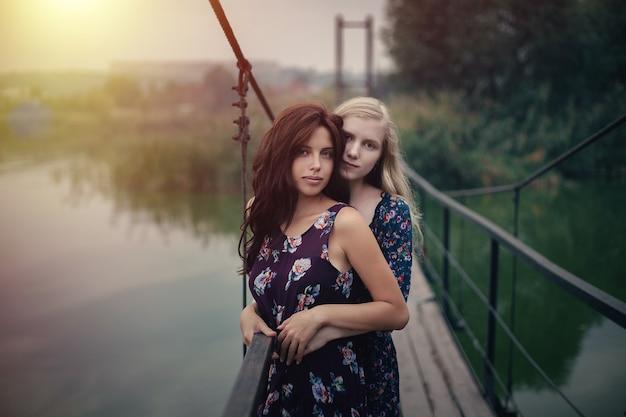 Lesbijska para wpólnie outdoors pojęcie
