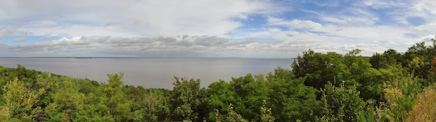 Leśne niebo nad rzeką i białe chmury na ukrainie