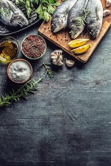 Leszcz z ryby śródziemnomorskiej z przyprawami sól zioła czosnek i cytryna. zdrowe owoce morza. pojęcie zdrowej żywności morza.