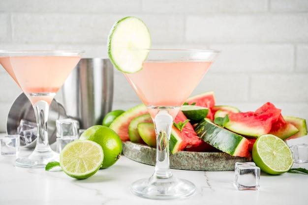 Letni alkoholowy napój, arbuzowy koktajl martini