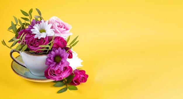 Letni baner na czapkę florystyczną na stronę internetową z kompozycją kwiatową na żółtym tle gratis