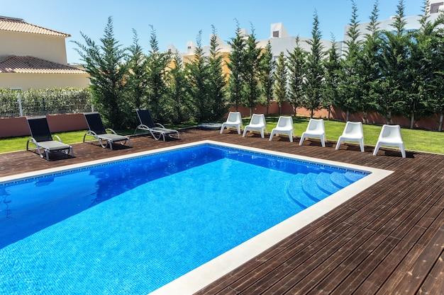 Letni basen w ogrodzie dla turystów.