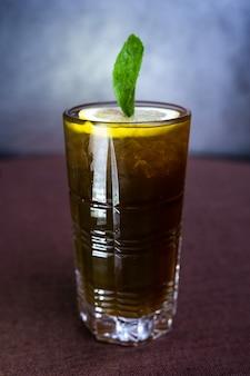 Letni brązowy koktajl z cytryną i miętą.
