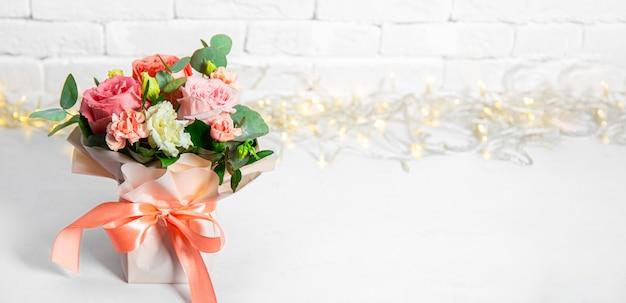 Letni bukiet kwiatów na białym tle z pięknym bokeh, wolnego miejsca na tekst. bukiet różowych róż transparent na stronie internetowej. zdjęcie wysokiej jakości