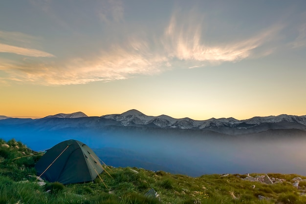Letni camping w górach o świcie