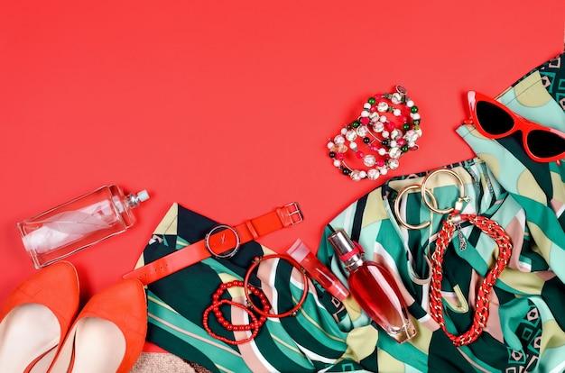 Letni czerwono-zielony strój damski - sukienka, buty, okulary przeciwsłoneczne, zegarki i perfumy