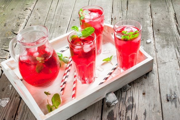 Letni czerwony lukrowy napój - herbata lub sok
