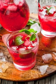 Letni czerwony napój mrożony - herbata lub sok