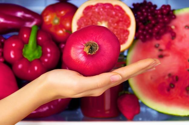 Letni czerwony zdrowy przeciwutleniacz organiczny granat, warzywa warzywa i owoce: grejpfrut, pieprz pomidorowy jako symbol zdrowego odżywiania, diety i stylu życia. lodówka wegańska. koncepcja wegetariańska i surowa