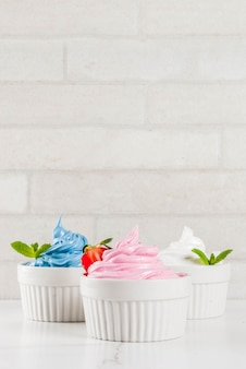 Letni deser zdrowej diety, mrożony jogurt waniliowy i jagodowy lub lody miękkie