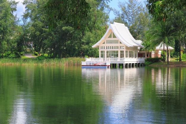 Letni domek na wodzie i drzewach